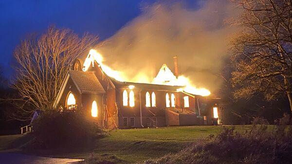 Hořící Anglikánský kostel sv. Ondřeje v kanadském Ontariu - Sputnik Česká republika