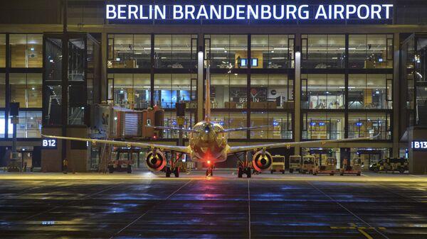 Самолет перед зданием нового международного аэропорта Берлин-Бринденбург имени Вилли Брандта в Германии - Sputnik Česká republika