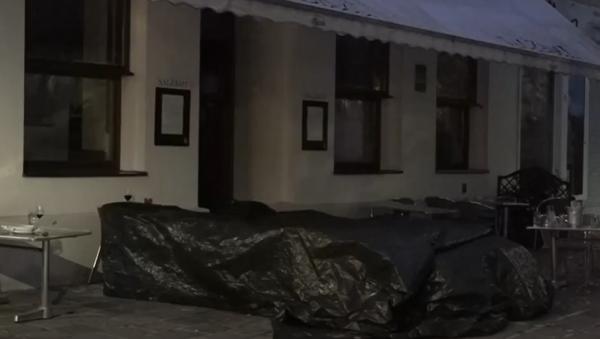Rozbité sklo, rozházené jídlo a převrácené stoly. Děsivé záběry z místa útoku ve Vídni - Sputnik Česká republika