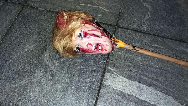 Maska zobrazující tvář prezidentského kandidáta Donalda Trumpa, kterou protestující pohodili v jedné newyorské ulici v noci, kdy probíhalo sčítání hlasů po skončení voleb. - Sputnik Česká republika