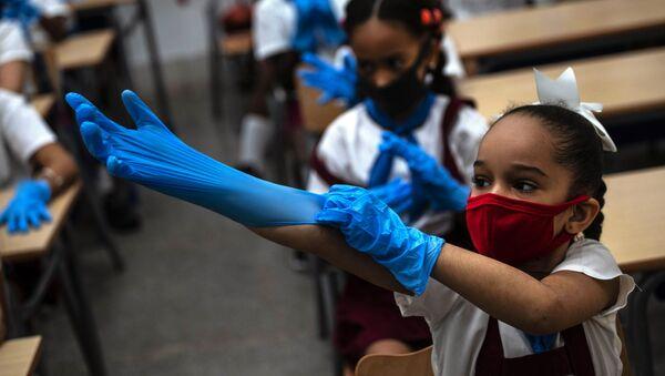 Žáci v ochranných rukavicích a rouškách ve škole, Havana  - Sputnik Česká republika