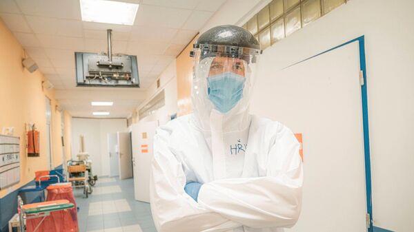 Мэр Праги Зденек Гржиб во время помощи врачам - Sputnik Česká republika