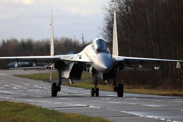Hrdost ruského letectva: Nácvik manévrového vzdušného boje stíhaček Su-35S - Sputnik Česká republika