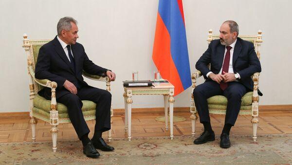 Ruský ministr obrany Sergej Šojgu na schůzce s arménským premiérem Nikolem Pašinjanem - Sputnik Česká republika