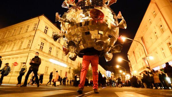 Muž v obleku covid-19 protestuje proti omezení kvůli koronaviru v Praze - Sputnik Česká republika