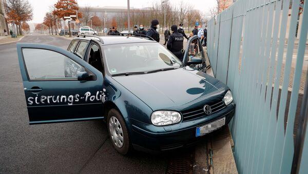 Automobil narazil do brány úřadu německé kancléřky Angely Merkelové - Sputnik Česká republika