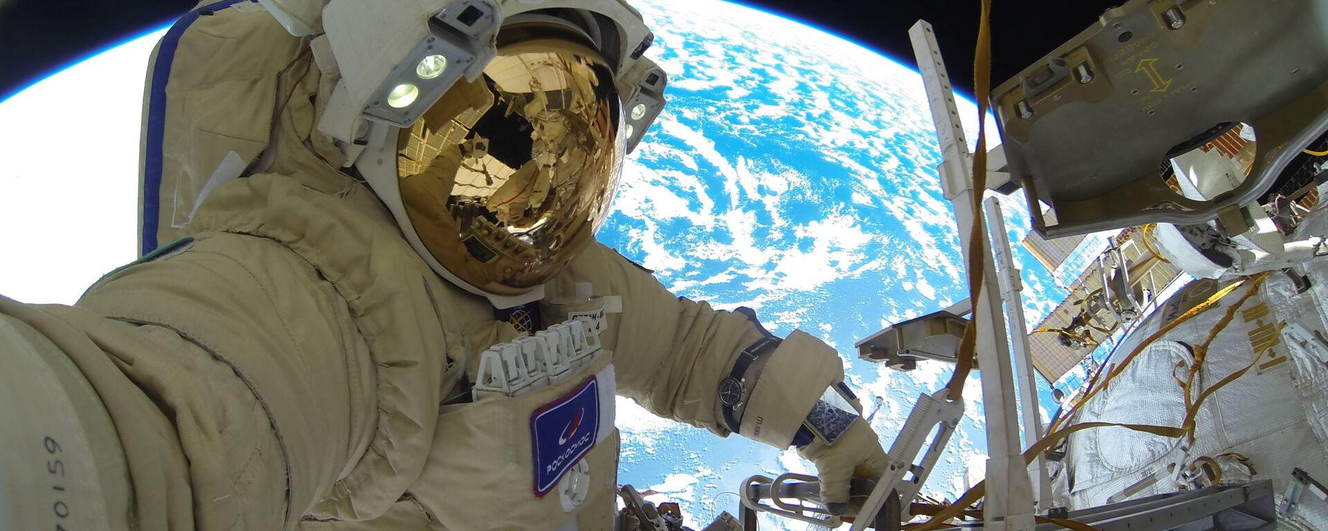 Kosmonaut Roskosmosu Sergej Kuď-Sverčkov během výstupu do volného prostoru - Sputnik Česká republika, 1920, 05.10.2021