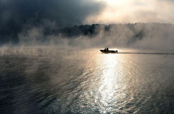 Motorový člun během mrazivého dne na Jeniseji, Krasnojarský kraj. - Sputnik Česká republika