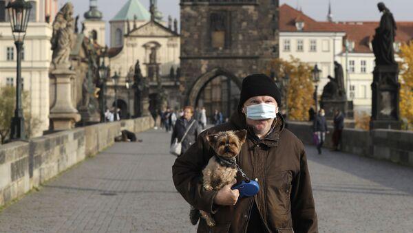 Muž v roušce na Karlově mostě v Praze - Sputnik Česká republika