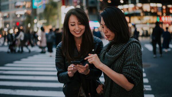 Dvě ženy na přechodu pro chodce v Tokiu, Japonsko - Sputnik Česká republika