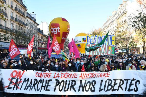 Francouzští občané protestují proti zákonu zakazujícímu natáčení a fotografování policistů při akci. - Sputnik Česká republika