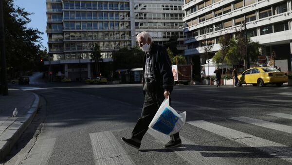 Muž v roušce v Athénách - Sputnik Česká republika