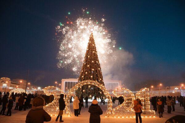Slavnostní ohňostroj na ceremoniálu rozsvícení světýlek na prvním vánočním stromku v Jakutsku jako součást festivalu Zima začíná od Jakutska - Sputnik Česká republika