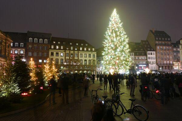 Vánoční strom na hlavním náměstí ve Štrasburku, Francie - Sputnik Česká republika
