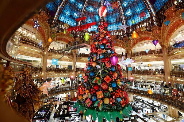 Vánoční strom v nákupním centru v Paříži - Sputnik Česká republika