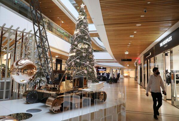 Vánoční strom v nákupním centru v Bejrútu, Libanon - Sputnik Česká republika