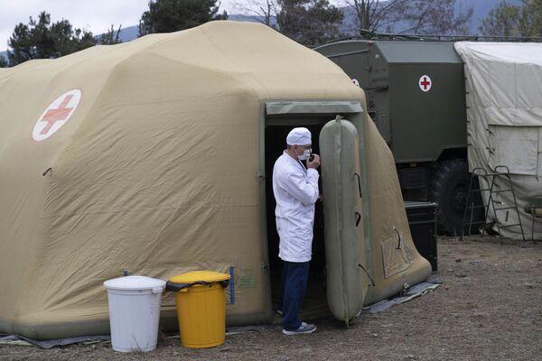 Zdravotnický pracovník na území polní nemocnice - Sputnik Česká republika
