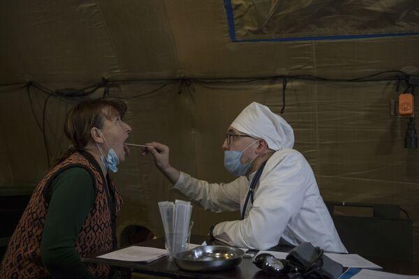 Lékař přijímá pacienta v nemocnici, která byla postavena ruským ministerstvem obrany na letišti v Stěpanakertu  - Sputnik Česká republika