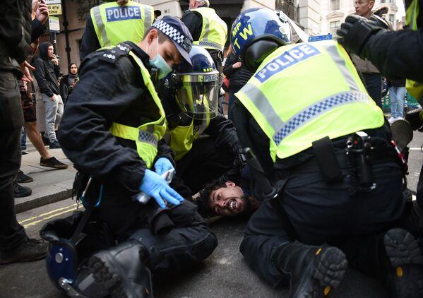 Policie provádí zásah na demonstraci proti omezujícím protikoronavirovým opatřením v Londýně. - Sputnik Česká republika