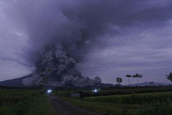 Erupce vulkánu Semeru na Východní Jávě. - Sputnik Česká republika
