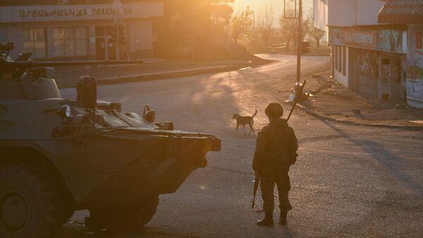 Российские миротворцы на одной из улиц в городе Лачин (Бердзор) в Азербайджане - Sputnik Česká republika
