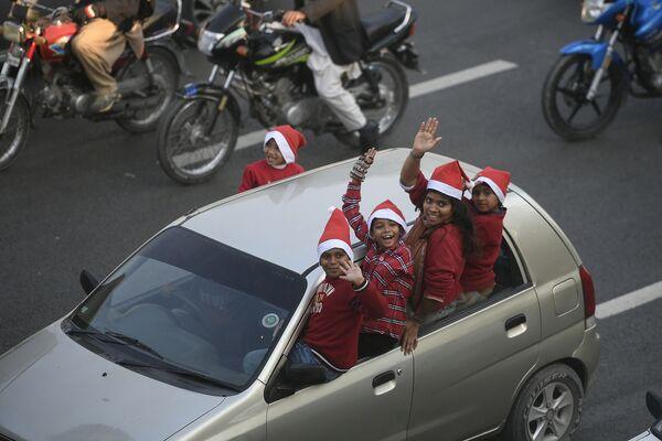 Děti v oblecích Santy Clause v Islámábádu oslavují příchod adventu. - Sputnik Česká republika