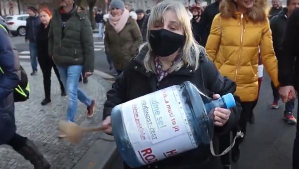 Češi opět vyšli do ulic vyjádřit nesouhlas s protikoronavirovými opatřeními - Sputnik Česká republika