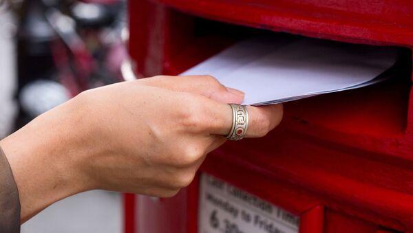 Žena dává dopisy do poštovní schránky - Sputnik Česká republika