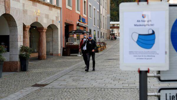 Muži v rouškách v Německu - Sputnik Česká republika
