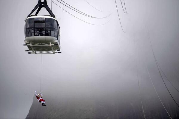 Santa Claus visí pod kabinkou lanové dráhy v Riu de Janeiro, Brazílie - Sputnik Česká republika