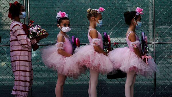 Žákyně baletní školy  v rouškách při představení Louskáček, San Diego, Kalifornie, USA - Sputnik Česká republika