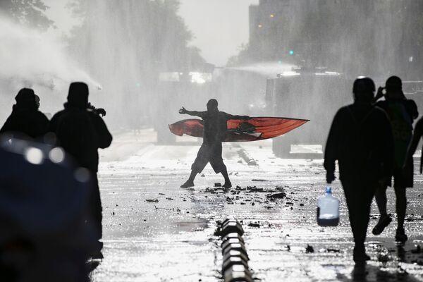 Demonstranti během protestu proti chilské vládě v Santiagu, Chile - Sputnik Česká republika