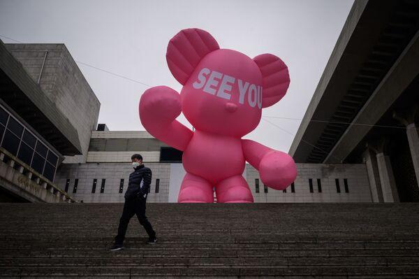 Muž v ochranné roušce na schodech divadla Sejong v Seulu - Sputnik Česká republika