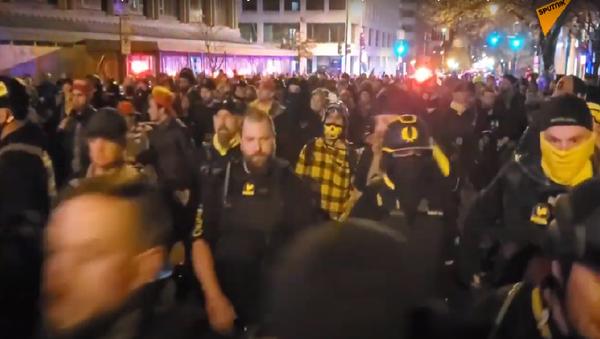 Bouřlivá sobota v USA: pochod Million MAGA vyústil ve srážku mezi příznivci Trumpa a stoupenci BLM i policií - Sputnik Česká republika
