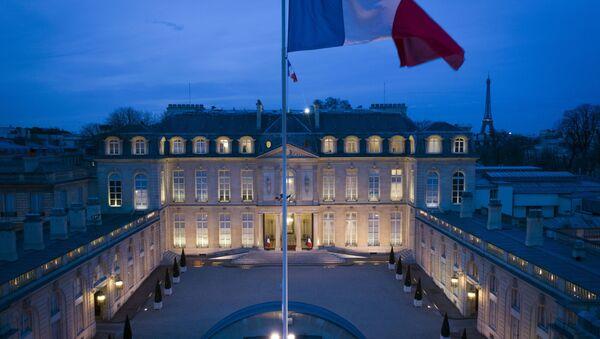 Vlajka před Elyzejským palácem v Paříži - Sputnik Česká republika