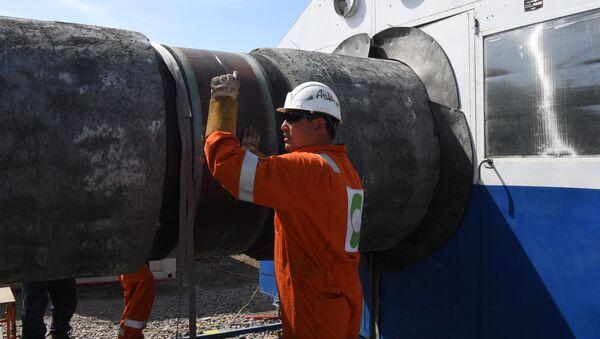 Pracovník při stavbě plynovodu Nord Stream 2 v Leningradské oblasti. Ilustrační foto - Sputnik Česká republika