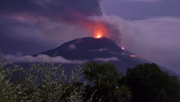 Erupce sopky Lewotolo v Indonésii - Sputnik Česká republika