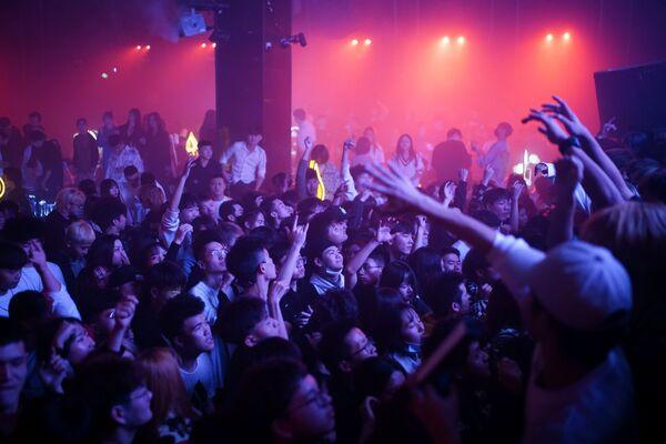 Návštěvníci tančí v nočním klubu ve Wu-chanu - Sputnik Česká republika