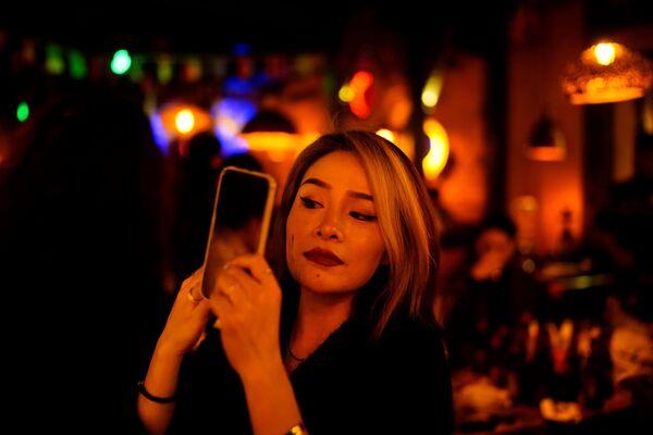 Dívka v restauraci Wu-chanu - Sputnik Česká republika