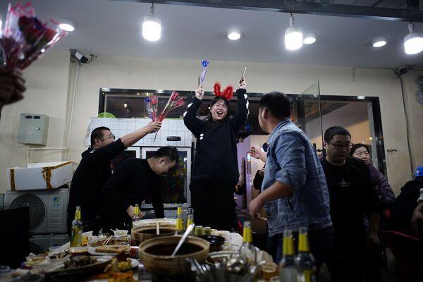 Lidé slaví své narozeniny v restauraci ve Wu-chanu - Sputnik Česká republika