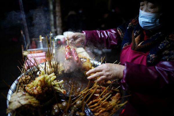 Pouliční prodejce potravin na ulici Wu-chanu - Sputnik Česká republika