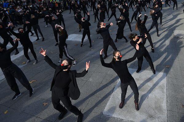 Tanečníci Les essentiels během vystoupení na protest proti vládní zdravotní politice ve Francii - Sputnik Česká republika