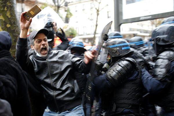 Protestující a policie v Paříži - Sputnik Česká republika