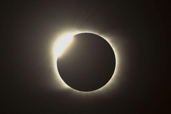 Ohnivý kruh během úplného zatmění slunce v Argentině - Sputnik Česká republika