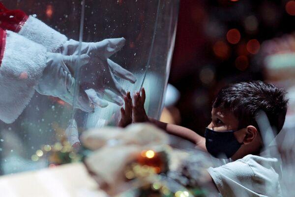 Dítě a Santa Klaus v nákupním centru v Brazílii - Sputnik Česká republika