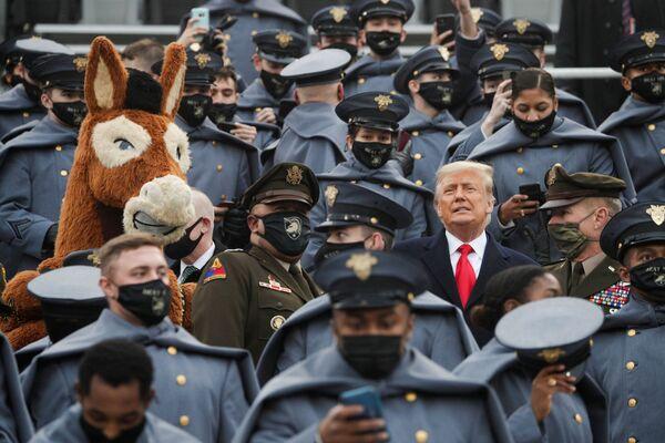 Americký prezident Trump stojí mezi kadety americké armády na West Pointu - Sputnik Česká republika