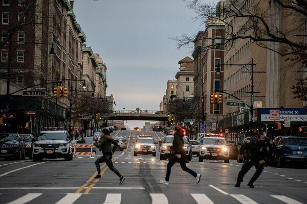 Lidé utíkají z místa střelby poblíž katedrály svatého Jana v New Yorku - Sputnik Česká republika