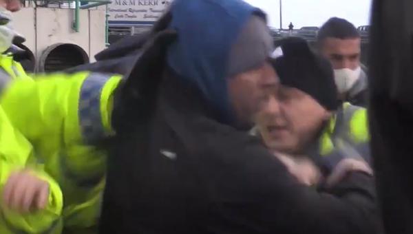 Řidiči kamionů se poprali s policisty v britském Doveru - Sputnik Česká republika