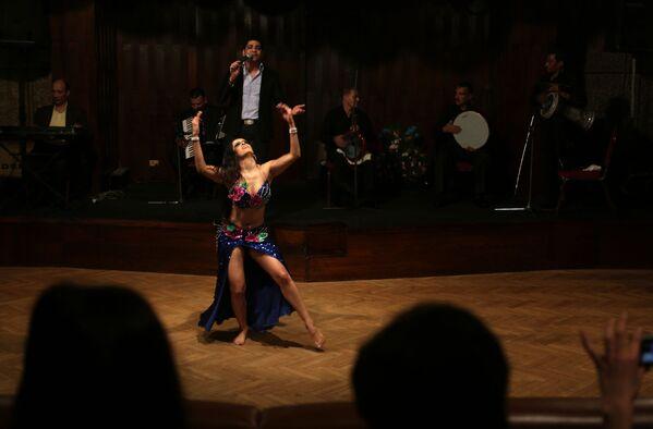 Mexická tanečnice vystupuje na Festivalu břišních tanců v Káhiře - Sputnik Česká republika