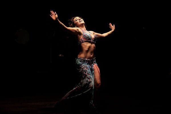 Ruská tanečnice během břišního tance v Káhiře - Sputnik Česká republika